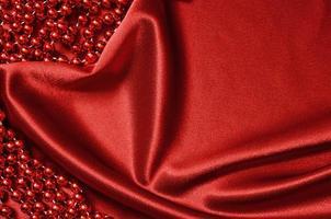 rote Satinvorhänge und Perlen foto