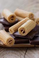 Waffelröllchen mit dunkler Schokolade foto