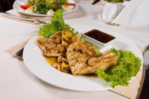 garniertes Hauptgericht mit leckerer Dip-Sauce foto
