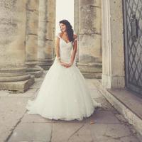 Braut posiert auf den Stufen einer alten Kirche foto