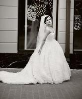 junge schöne brünette Braut.
