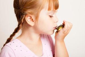 Farbbild der kleinen Prinzessin, die Frosch küsst foto