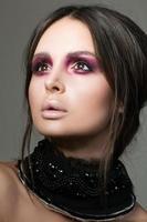 Porträt der schönen brünetten Frau mit der modernen Mode bilden foto