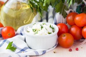 weißer Weichkäse, Feta, Ziege in Schüssel mit Tomaten, Petersilie
