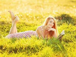 hübsche junge Frau, die Buch liest.