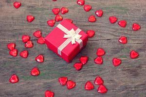 rote Box mit einem Geschenk am Valentinstag foto