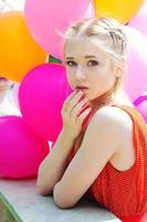Nahaufnahmeporträt des zarten Teenagers mit Luftballons foto