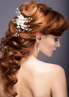schöne Ingwerfrau im Bild der Braut. foto