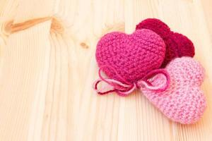Strickspielzeug in Form von Herzen foto