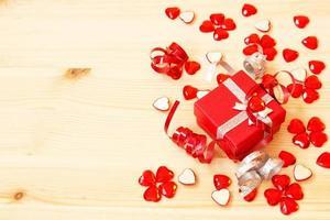 rote Geschenkbox, Bänder und Valentinstagherzen