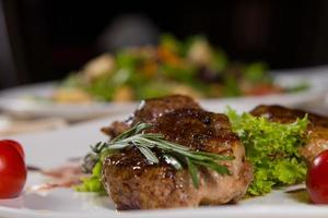 zartes saftiges Grillfleisch mit Gemüse foto