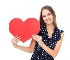 glückliche Frau, die rotes Herz hält foto