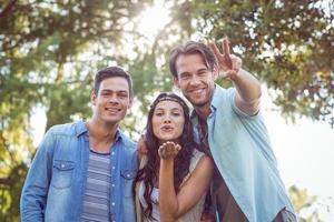 glückliche Freunde im Park foto