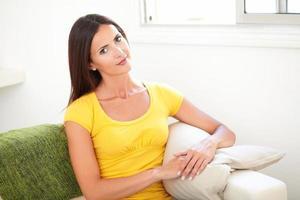 selbstbewusste Frau sitzt auf der Couch