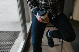 selbstbewusster Mann posiert in Webkantenjeans foto