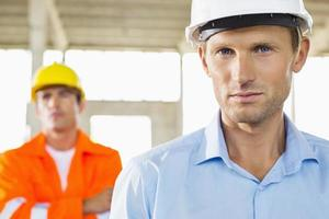 Porträt des selbstbewussten Architekten auf der Baustelle