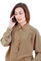Porträt der jungen Geschäftsfrau, die auf dem Tragen des Mobiltelefons spricht foto