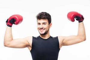 glücklicher Gewinner Boxer, der Arme in der Luft hebt foto