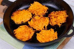Karottenpfannkuchen mit Joghurtsauce foto
