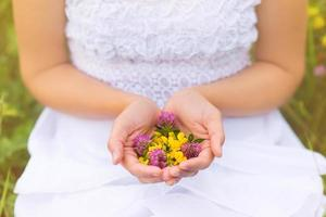Frau hält Blumen