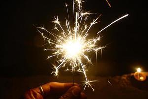 Person, die Feuerwerk hält foto
