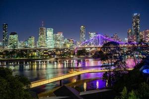 Skyline der Stadt bei Nacht