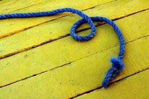 blaues Seil zusammengerollt foto
