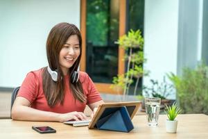 asiatische Geschäftsfrau, die Technologie Tablette im Freien verwendet foto