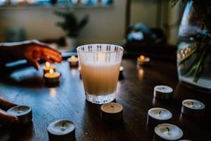 Nahaufnahme von Menschen, die Kerzen anzünden foto