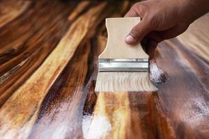 Maler beschichtet Holz foto
