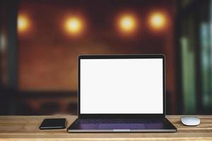 Laptop-Computer mit leerem weißen Bildschirm