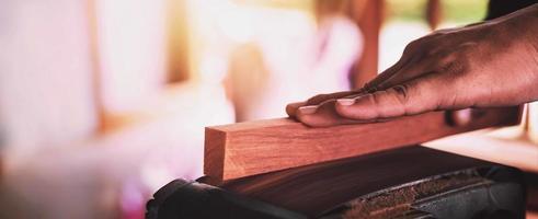ein Zimmermann, der Holz schleift foto