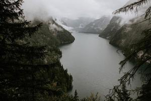 Fluss durch neblige Berge