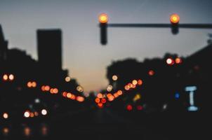 nachts defokussierte Stadtstraße