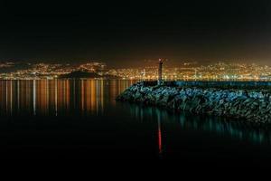 Leuchtturmsteg während der Nacht foto