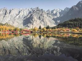 Landschaftsansicht der Reflexion im Wasser foto