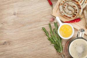 Grillwürste mit Senf und Bierkrug foto