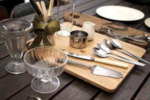 Küchenausstattung auf einem Holztisch foto