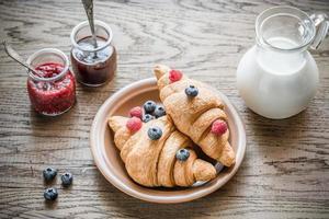 Croissants mit frischen Beeren und Marmelade foto