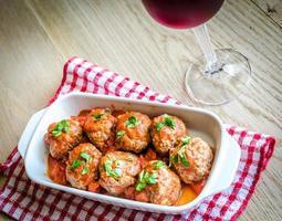 Fleischbällchen mit Tomatensauce und Parmesan foto
