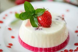 Milch mit Erdbeergelee foto
