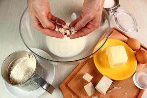Mohnschnecke machen. süßes Brötchen. foto