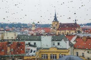 Wassertropfen am Fenster mit Stadthintergrund