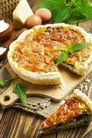 Kuchen mit Brennnesseln und Käse foto