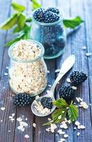Haferflocken mit schwarzen Beeren foto