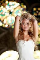 schönes blondes Mädchen, das im alten Schloss aufwirft