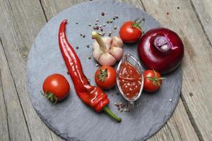 Ketchup Chili und seine Zutaten foto