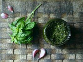 Pesto-Sauce auf rustikalem Hintergrund foto