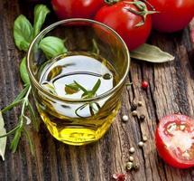 frisches Olivenölglas mit Kräutern foto