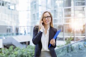 Geschäftsfrau spricht auf dem Handy foto